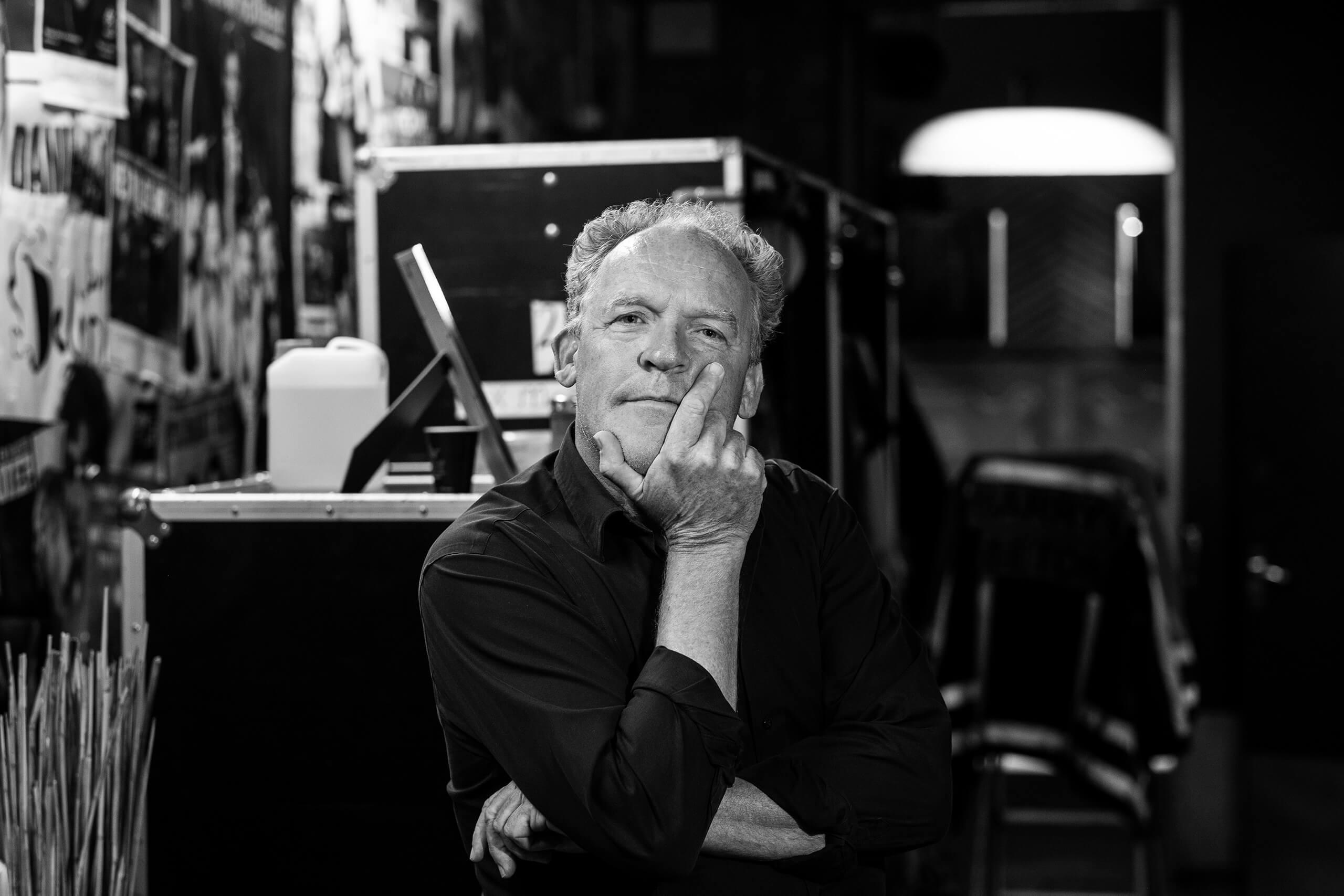 theaterfotografie Bert Visscher cabaretier theater zwartwit artiestenfoto artiest